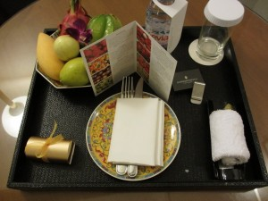 My Priority Club Royal Ambassador welcome amenity--fresh fruit and a money clip.
