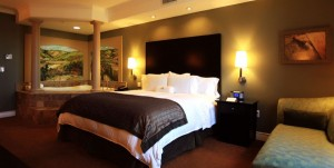 A deluxe king guest room with a whirlpool at La Bellasera