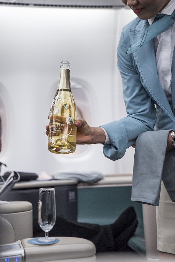 Perrier-Jouet Blanc de Blancs being poured in first class.