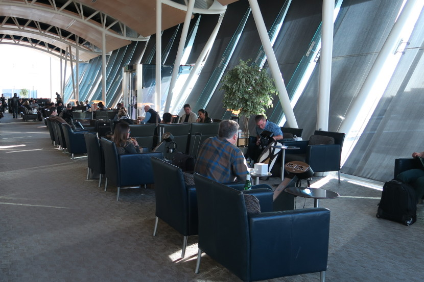Plentiful seating in the large LAX Admiral's Club lounge.